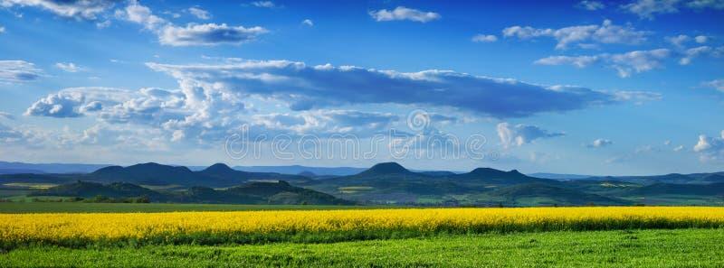 Montagnes et ciel bleu images stock