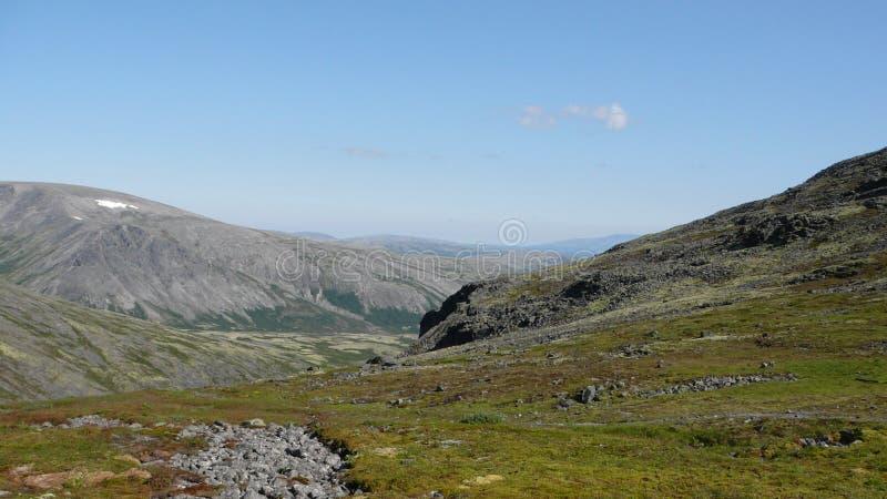 Montagnes et ciel de toundra en été photographie stock