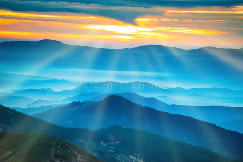Montagnes et collines bleues sous le coucher du soleil photographie stock