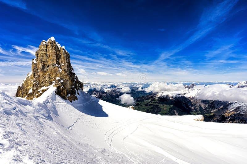 Montagnes et falaise avec la neige, secteur de ski, montagne de Titlis, Suisse images stock