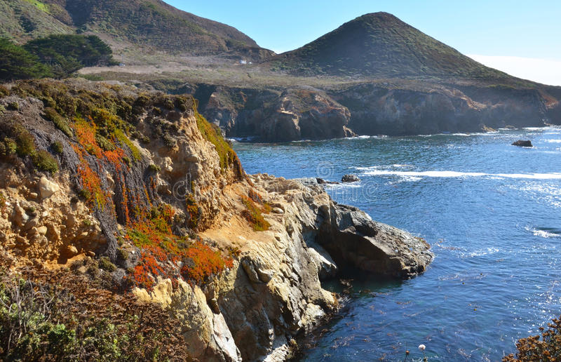Montagnes et falaise d'océan photo stock