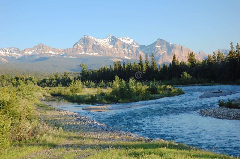 Montagnes et fleuve photo stock