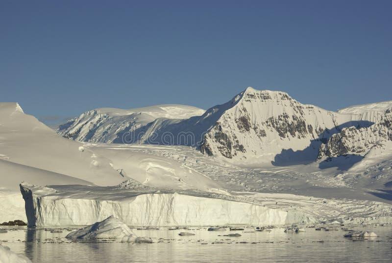 Montagnes et glaciers de la côte de l'Antarctique et des icebergs I photos libres de droits