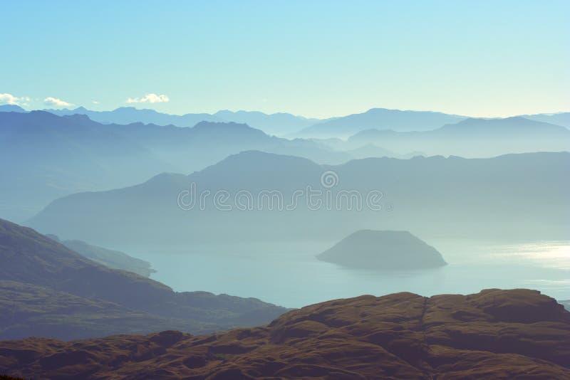 Montagnes et lac éloignés image stock