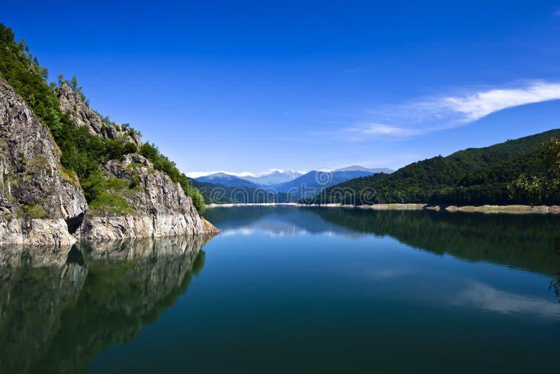 Montagnes et lac images stock