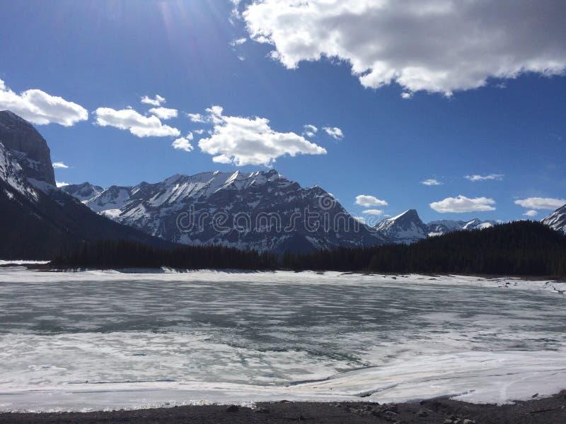 Montagnes et lac congelé images libres de droits