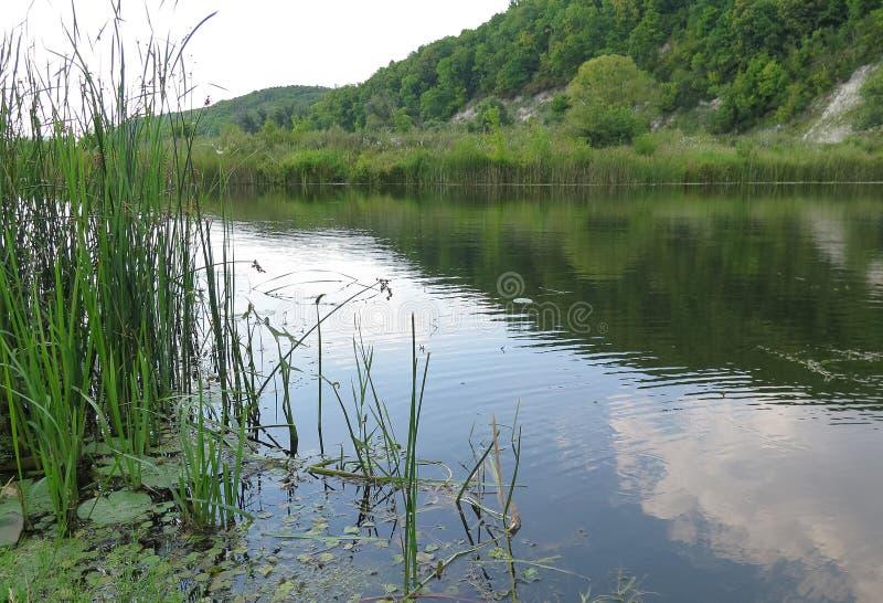 Montagnes et lac de craie photos stock