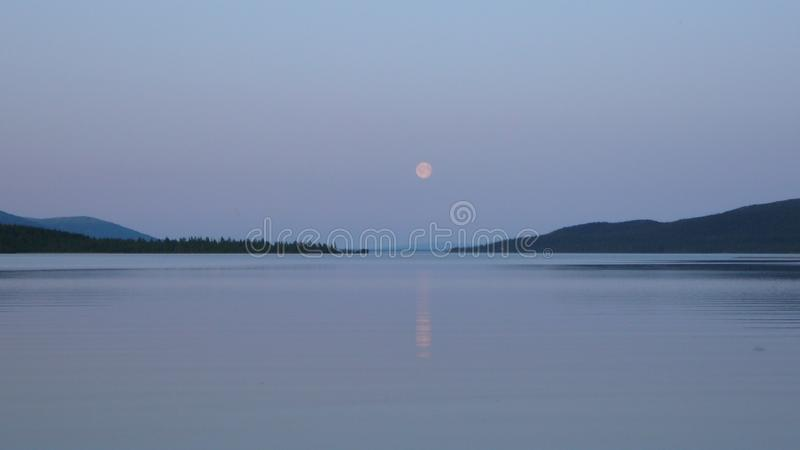 Montagnes et lac de toundra en Russie polaire photo libre de droits