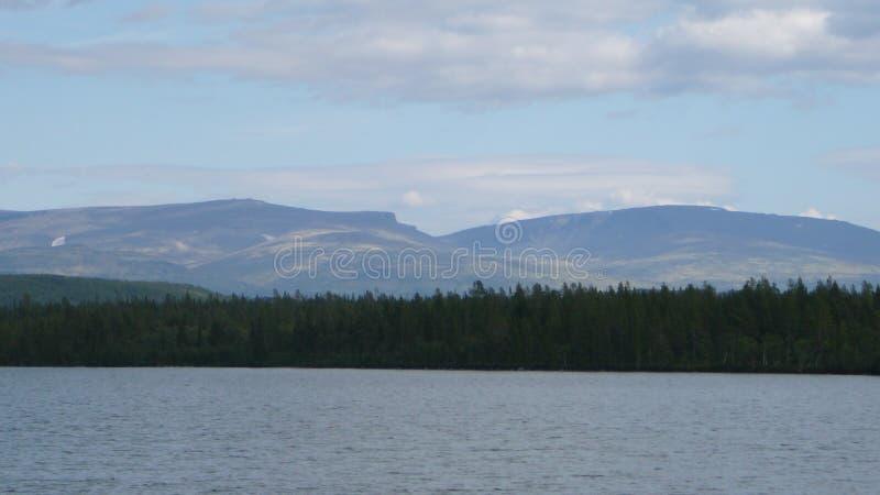 Montagnes et lac de toundra en Russie polaire photos libres de droits