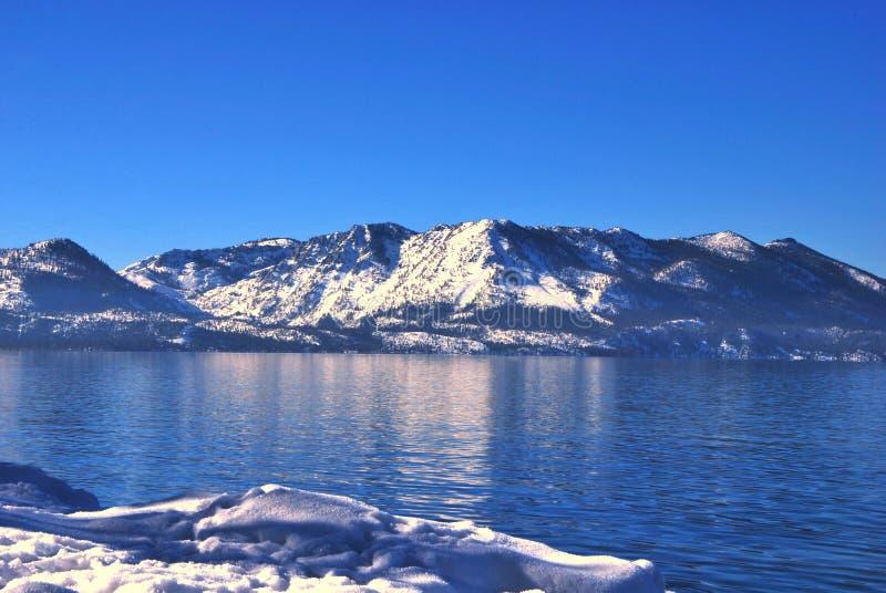 Montagnes et Lake Tahoe recouverts belle par neige photo libre de droits