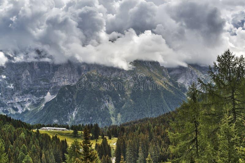 Montagnes et nuages photographie stock