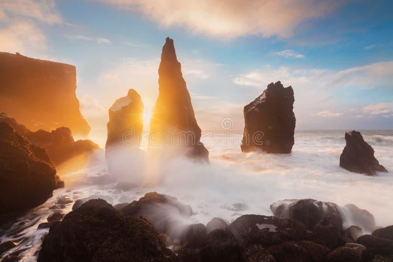 Montagnes et plage magiques de Vestrahorn en Islande au lever de soleil Vue panoramique d'un paysage ?tonnant islandais Vestrahor photo stock