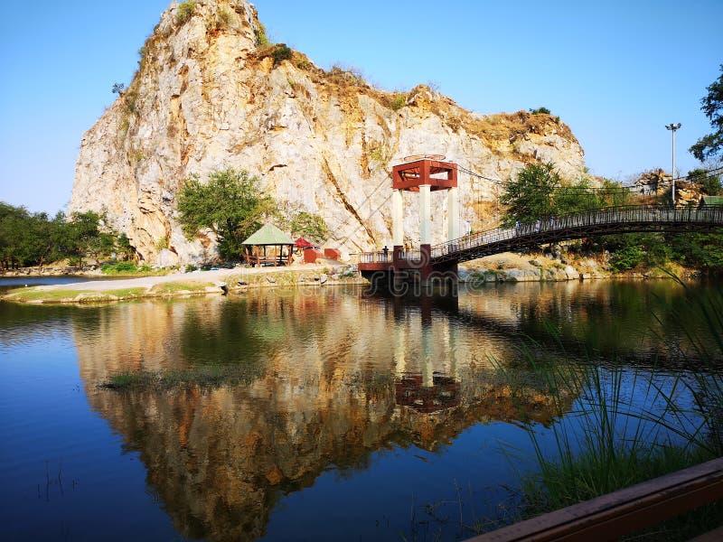 Montagnes et ponts suspendus photos stock