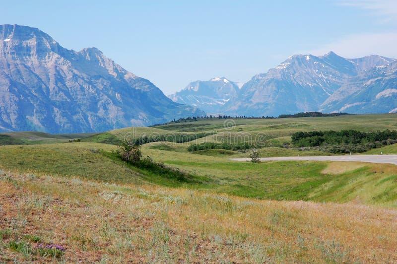 Montagnes et prés image libre de droits