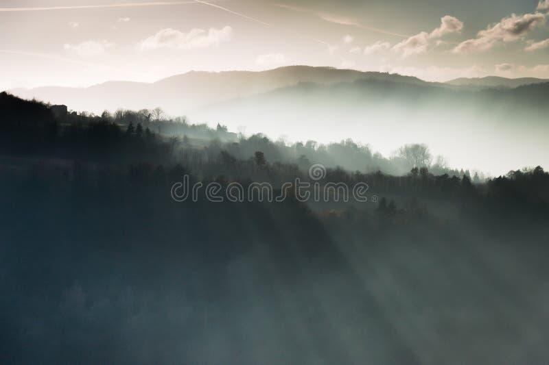 Montagnes et rayons de lumière photographie stock libre de droits