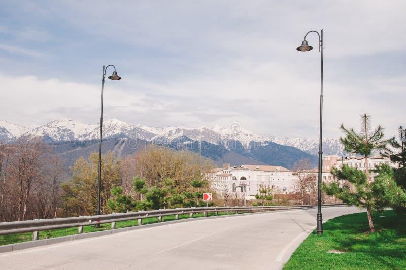 Montagnes et route à Sotchi images stock
