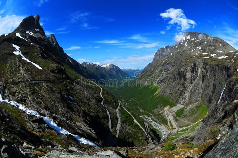 Montagnes et route images libres de droits