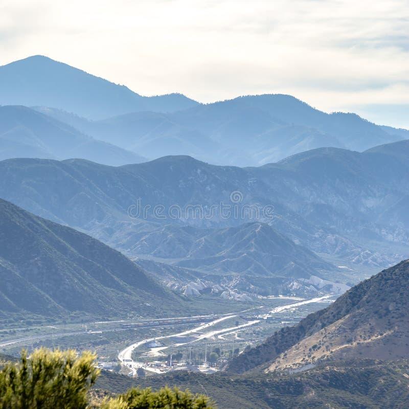 Montagnes et route heurtantes dans Ontario la Californie photographie stock