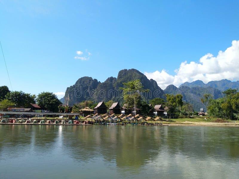 Montagnes et village, Laos photographie stock