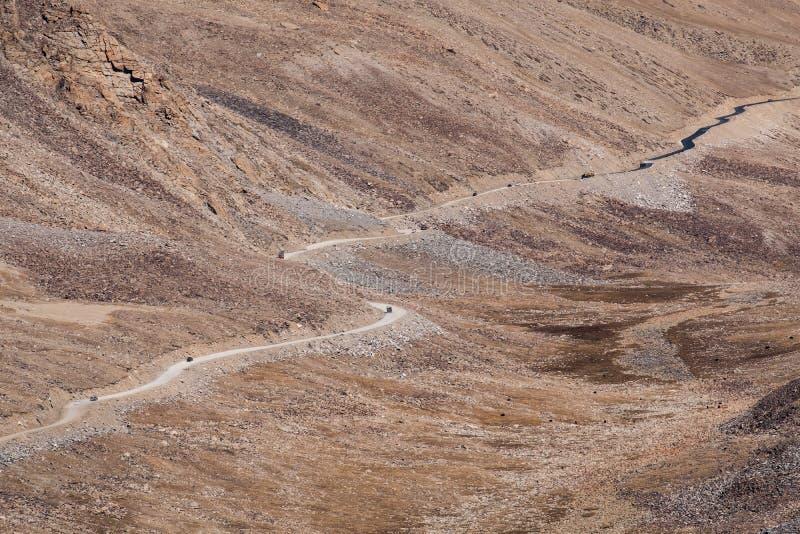 Montagnes et voitures sur la route dans Ladakh, Inde image libre de droits