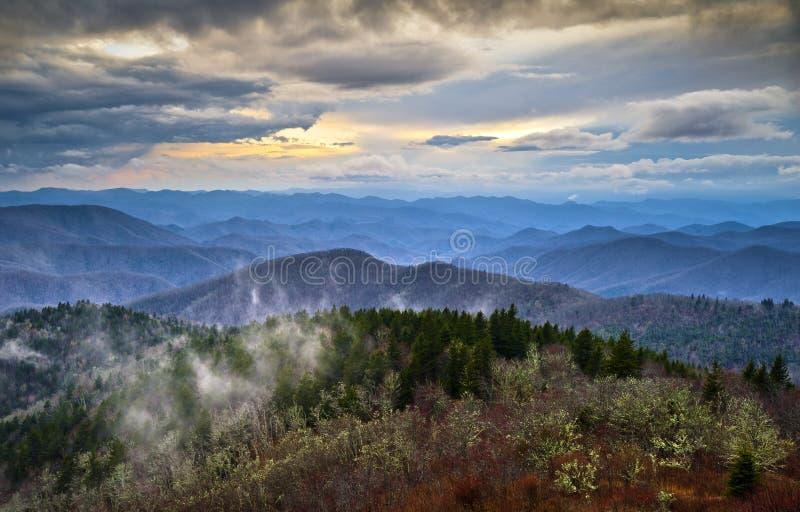 Montagnes fumeuses OR de Ridge d'Appalaches bleus de route express images libres de droits