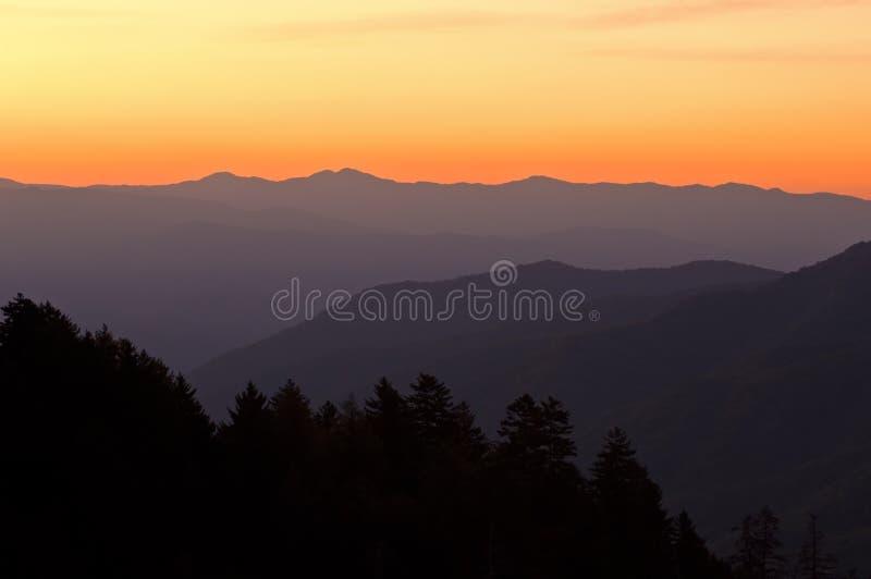 Montagnes fumeuses grandes de lever de soleil photo stock