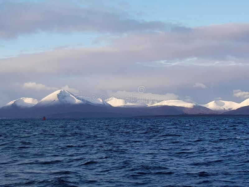 Montagnes inclinées par blanc image libre de droits