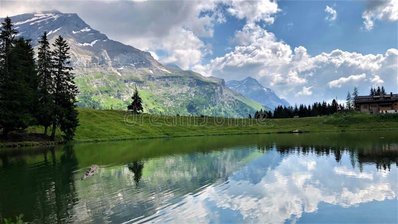 Montagnes, lac, ciel et nuages en Suisse, Diablerets photo stock