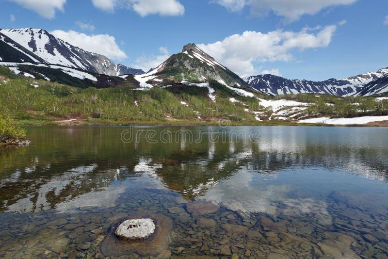 Montagnes, lac de montagne et nuages en ciel bleu photos stock