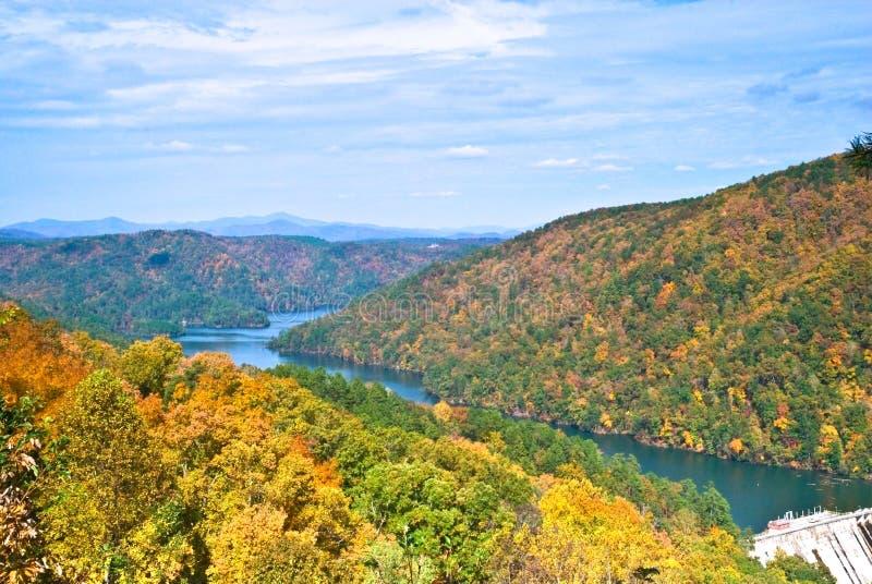 Montagnes, lac et barrage/automne images libres de droits