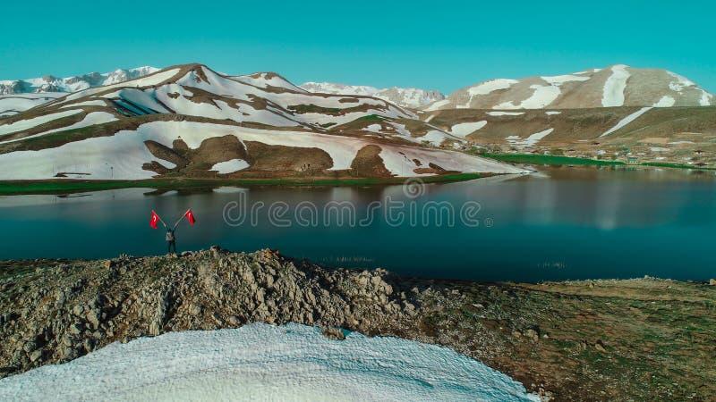 montagnes, lacs de montagne et sérénité énormes images stock