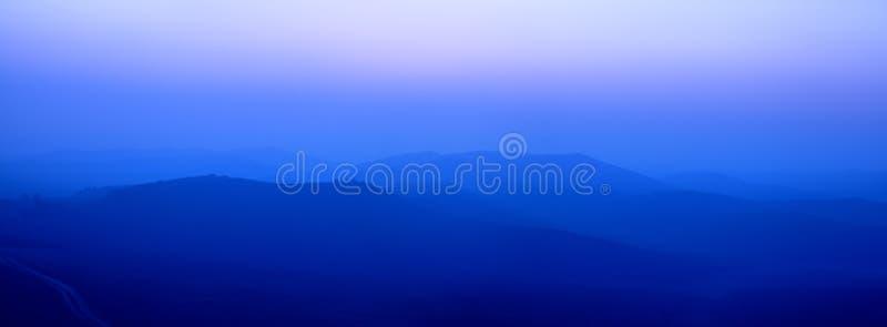 Montagnes larges bleues d'arête photos stock