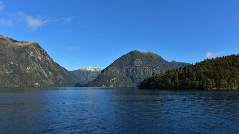 Montagnes le long du fjord de Doubous Sound au Fiordland, en Nouvelle-Zélande image stock