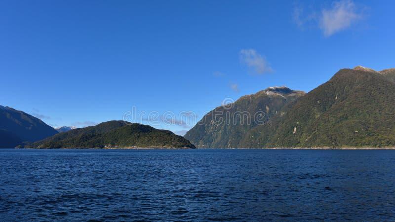 Montagnes le long du fjord de Doubous Sound dans le parc national Fiordland en Nouvelle-Zélande image libre de droits