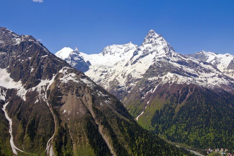 Montagnes majestueuses autour de clairière de Dombai Le Caucase photographie stock libre de droits