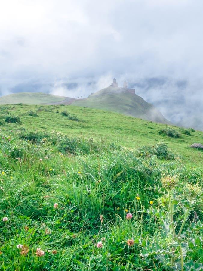 montagnes majestueuses avec la végétation verte et l'église antique image stock