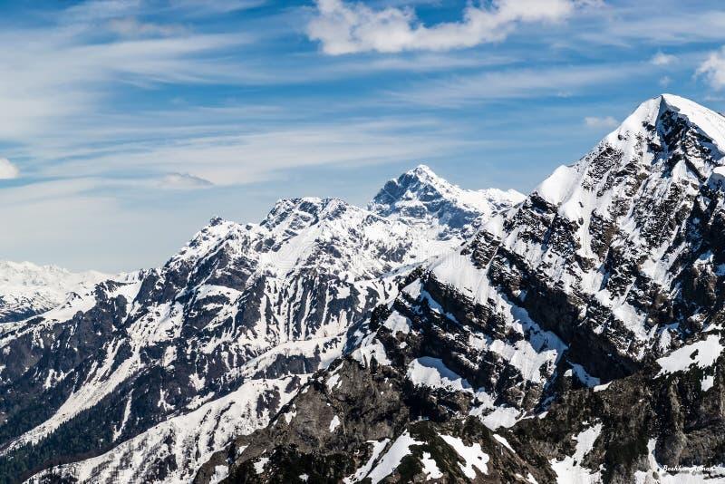 Montagnes neigeuses d'hiver au beau jour ensoleillé images stock