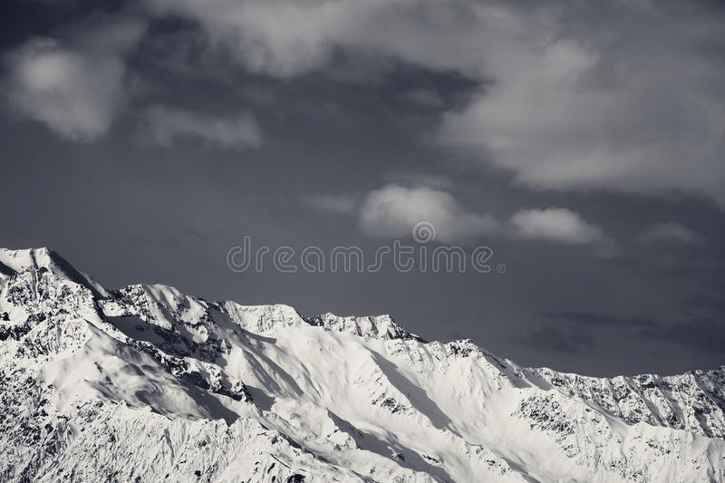 Montagnes neigeuses et ciel d'hiver noir et blanc avec des nuages images libres de droits