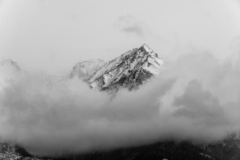 Montagnes noires et blanches en hiver images stock