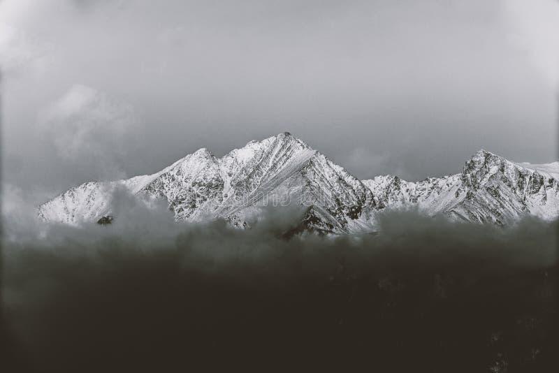 Montagnes noires et blanches en hiver photographie stock