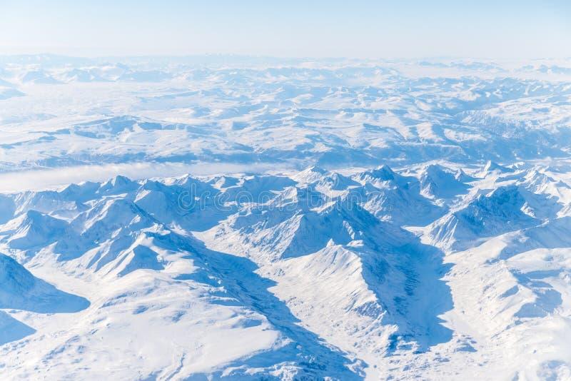 Montagnes nombreuses et vallées couvertes par la neige images stock