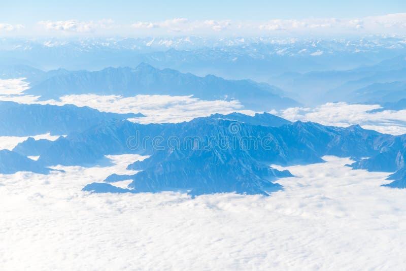 Montagnes nombreuses et vallées couvertes par la neige photo libre de droits