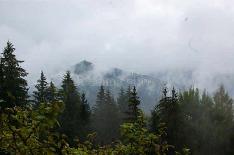 Montagnes nuageuses photos stock