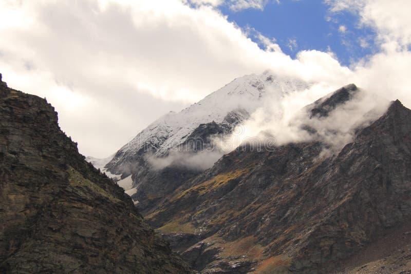montagnes parmi des nuages au ladakh de Leh photo stock