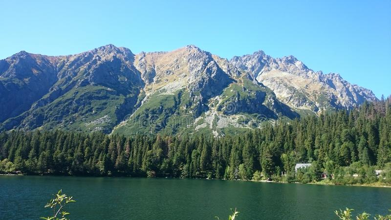 Montagnes partout vous regard photographie stock libre de droits