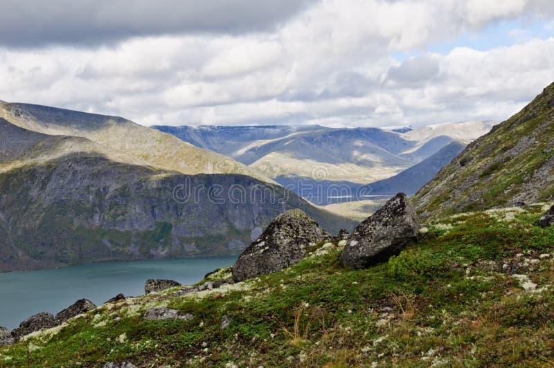 Montagnes polaires Toundra, lac, ciel nuageux image stock