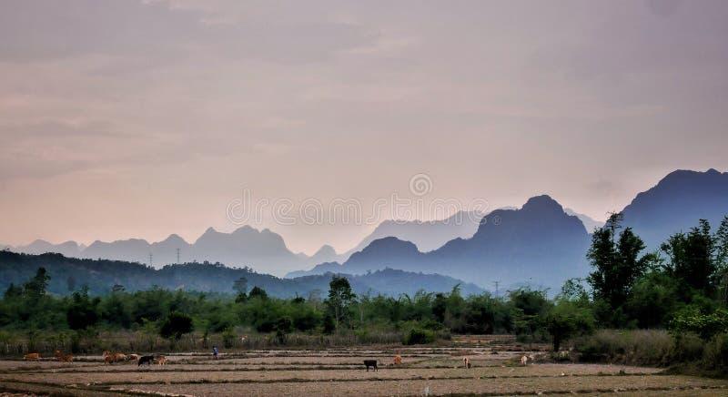 Montagnes pourpres dans le thakhek au Laos image stock