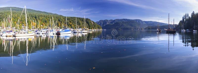 Montagnes profondes Vancouver AVANT JÉSUS CHRIST Canada de Marina Indian Arm North Shore de crique de paysage panoramique large images stock