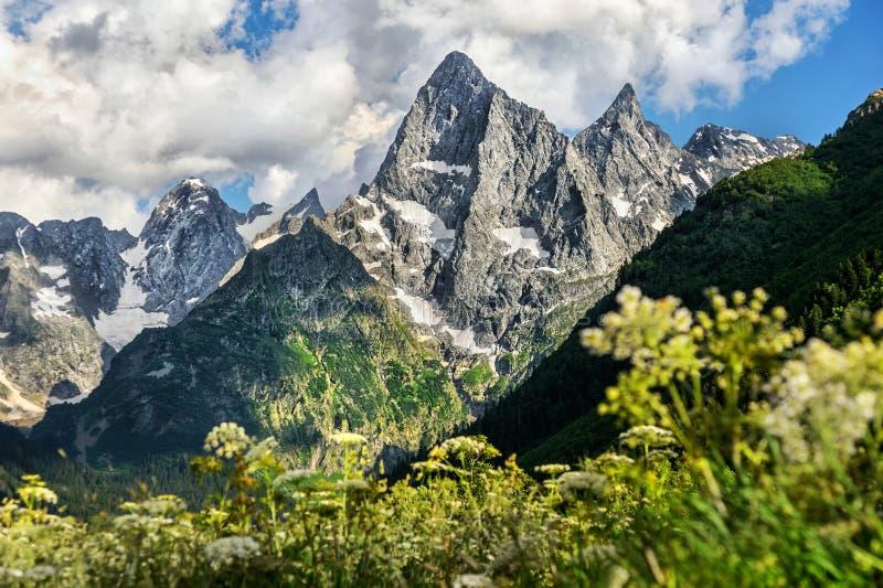 Montagnes raides rocheuses majestueuses sur le Caucase du nord images libres de droits