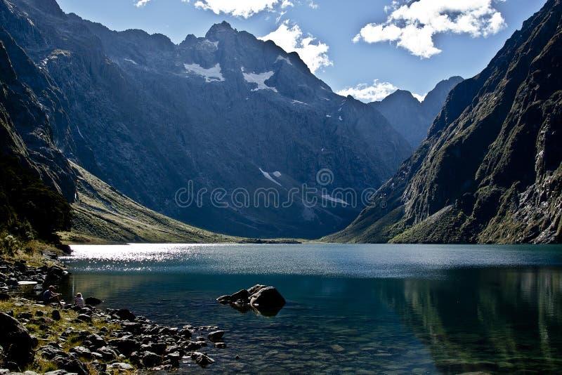 Montagnes reflétées dans le lac photo stock